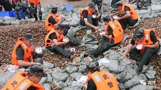7月8日,常德津市降雨不断,涔水水位持续走高,武警常德支队再次调集160名官兵,驰援一线。