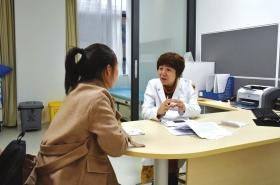 """""""网红医生""""朱玉英正在和患者交流。图/受访者提供"""