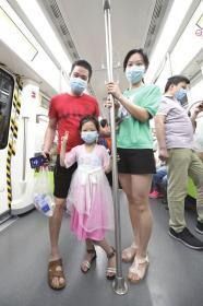 长沙地铁3号线,正在体验乘车的张瑾萱与爸爸妈妈一起合影留念。