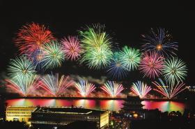 5月1日晚8点半至8点50分,长沙橘子洲燃放音乐焰火,现场美轮美奂。图/记者金林