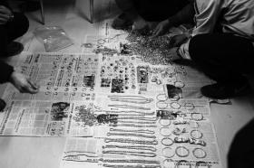 近日,郴州临武公安刑警协助广东警方破获百万黄金被盗案。民警清点赃物,用了整整一个通宵。