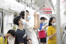 6月28日,长沙地铁3号线,乘客在地铁列车上拍摄全程站点。组图/记者谢长贵