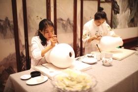"""8月22日,""""潇湘五彩·瓷茶风云""""湖南省瓷茶产业融合发展大会暨文旅推广活动在长沙启幕。图为工艺师在现场展示陶瓷制作过程。  图/马栏山文创投"""