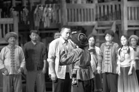 9月6日晚,《大地颂歌》带妆彩排现场,饰演扶贫队龙队长的谷智鑫(前左)。图/记者谢长贵