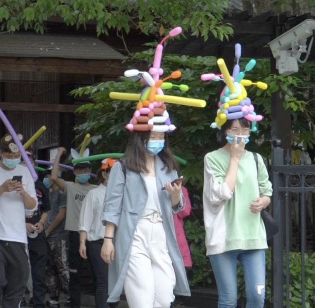 """▲平江石牛寨景区""""一米帽""""创新防疫。"""
