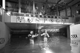 8月20日晚,四川乐山市五通桥区万宸阅湖郡小区,来自湖南常德的消防员连夜对严重进水的地下车库进行紧急排涝。                         图/陈自德