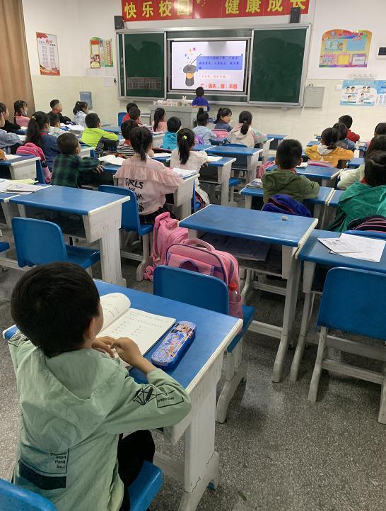 △现在,吴欣育已经和普通孩子一样坐在教室里听课。图 / 受访者提供