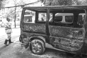 3月14日,长沙市火星小区,被顽童引燃的僵尸车。图/实习生 张云峰 潇湘晨报记者 金林