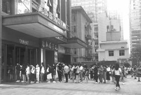 9月14日上午8时30分,长沙湘域国际中心,等电梯的人排起长队。图/记者满延坤