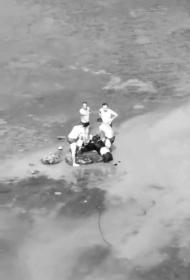 众人合力将落水的父女救上了岸。