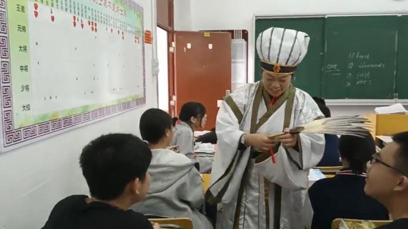别样的祝福!长沙这个中学班主任集体扮演诸葛亮送上考试锦囊