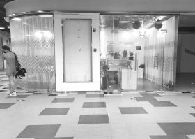 """9月7日,长沙河西某商场负一楼,""""曲中周""""美容店的招牌已被拆掉。图/本报记者"""