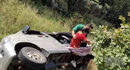 左文雅正在救人