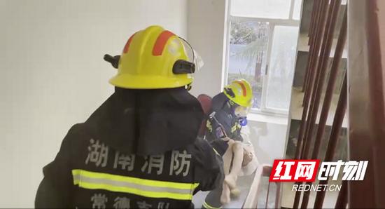 朗州消防救援站、育才消防救援站消防人员将人救出。