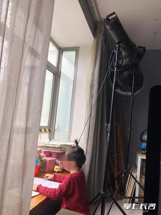"""小李被父亲李闯逼迫,一边""""头悬梁""""一边写作业。"""