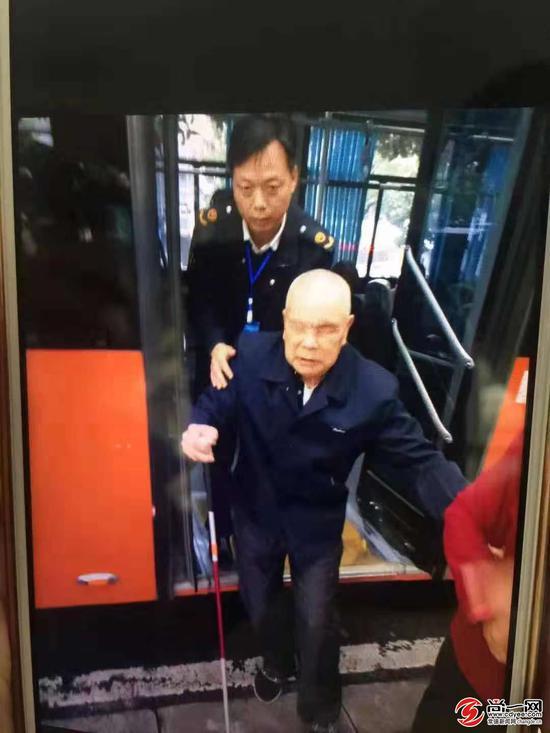 网友拍摄的19路车公交司机搀扶失明老人现场情景