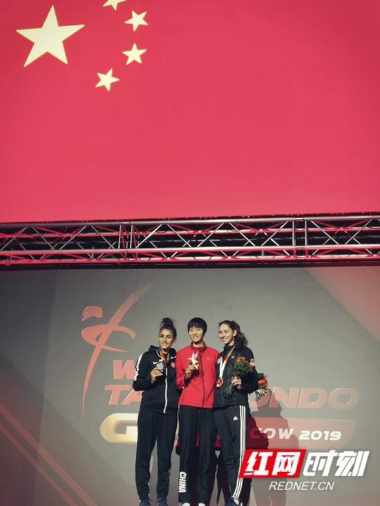 骆宗诗手持金牌站在领奖台,头顶是鲜艳的五星红旗。