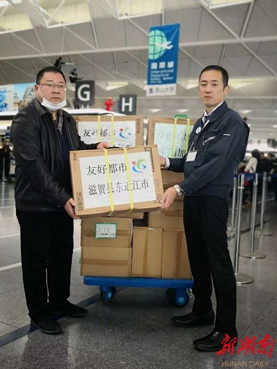 1月30日,日本滋贺县东近江市向友好城市常德市捐赠1万只医用口罩。通讯员 摄