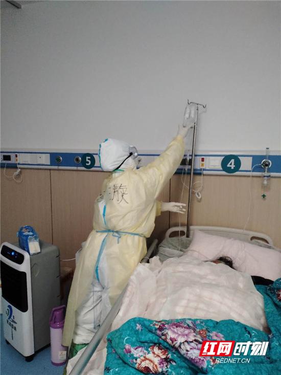 谢璇在为病人输液。