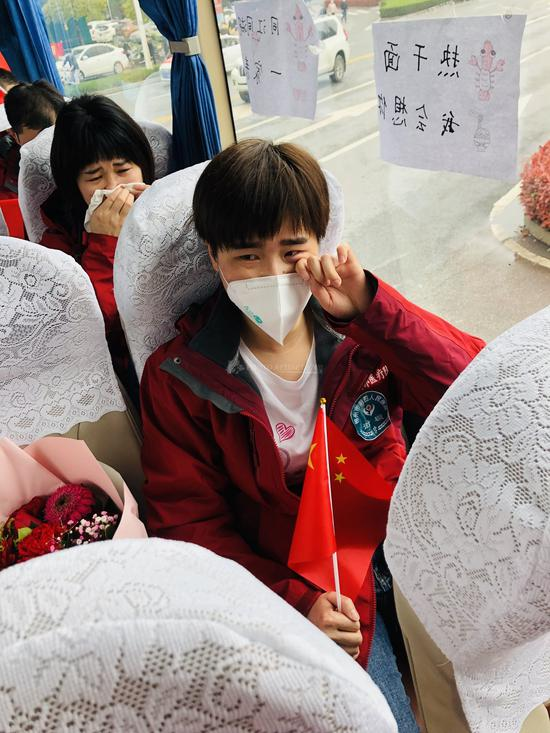 湖南医疗队与黄冈市民依依不舍告别。