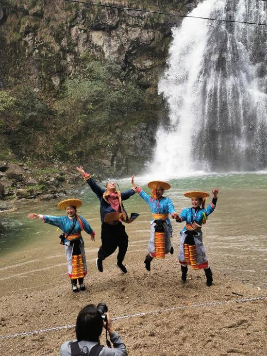 26家自媒体自发组织宣传雪峰山大花瑶旺溪瀑布群景区