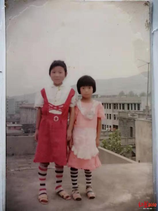 ↑小时候的张阿丽与张玲丽。