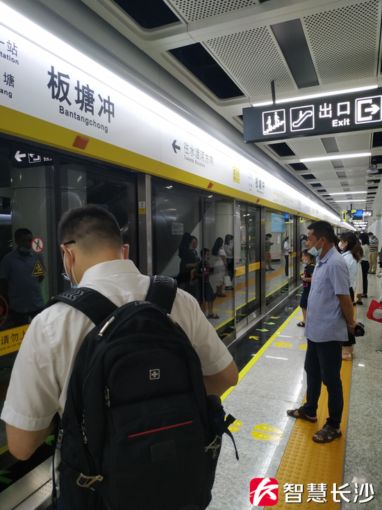 图为乘客在长沙地铁5号线板塘冲站等车(剑裘 摄)