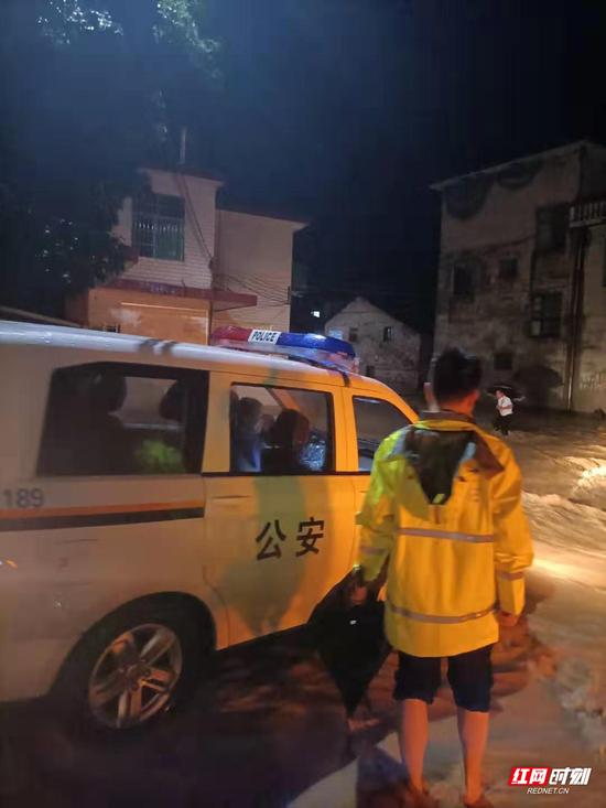 荷叶派出所组织所内民辅警前往受灾村组实施救援。