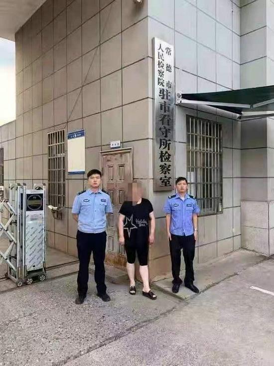 常德两女子一人假装买衣服 一人偷店员手机被抓