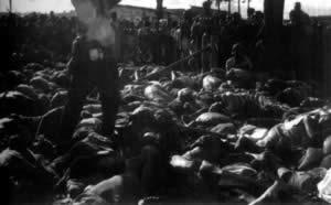 卢旺达军队的图西族士兵在凯伯霍难民营大肆屠杀胡图族人之后的惨象。