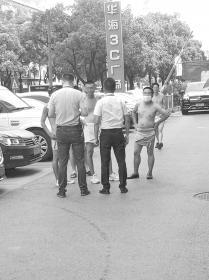 """8月31日,长沙华海3C广场的""""裸奔男""""。 图/受访者提供"""