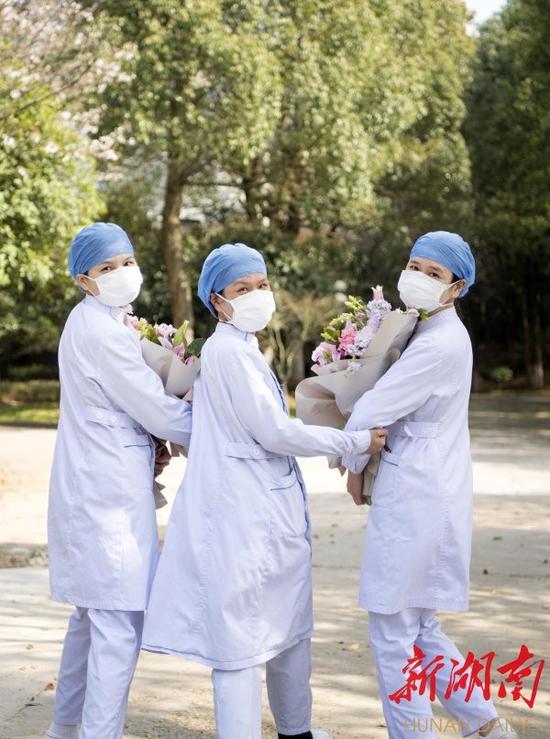 (3月14日,长沙市第一医院北院,医护人员欢送最后一名新冠肺炎确诊患者治愈出院后,脸上露出开心地笑容。湖南日报·新湖南客户端记者 唐俊 段涵敏 摄影报道)