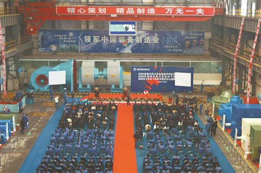 2007年11月3日,湘潭电机股份有限公司电机事业部大电机厂房,国内单台最大功率(2兆瓦)直驱式永磁风力发电机下线仪式在此举行。通讯员 摄
