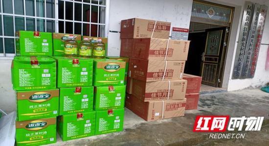 湖南省档案馆工作队为凤凰县新光村村民购买慰问物资。