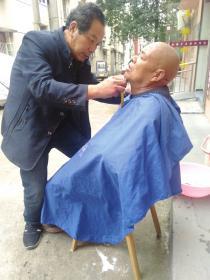 坚持了近十年他为社区老人免费理发