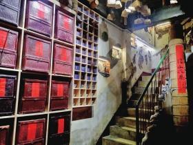 黑茶艺术馆用黑茶砖装饰出了一面墙。