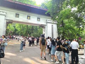 5月2日,岳麓山景区入口排满了人。图/记者黎棠