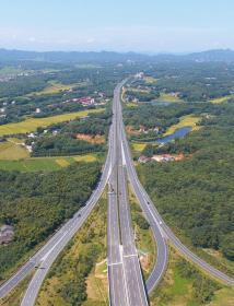 8月17日,航拍即将通车的G5517长常北线高速长益段。