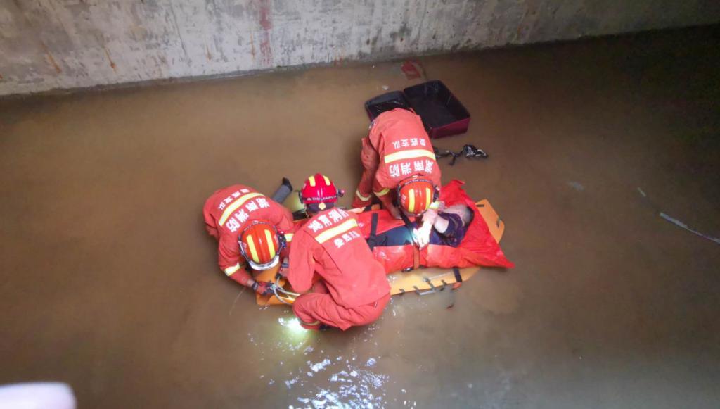 娄底一工人掉进5米深消防水池 消防成功救援