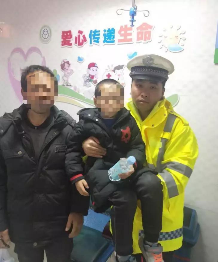 民警护送小孩去医院就诊