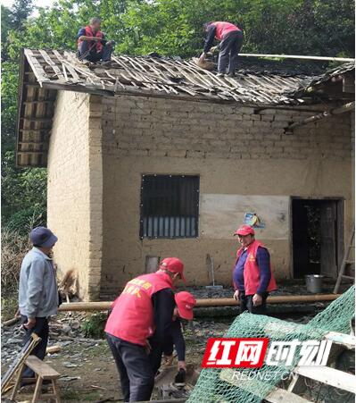 微网格微实事之为五保户修缮漏雨房屋。