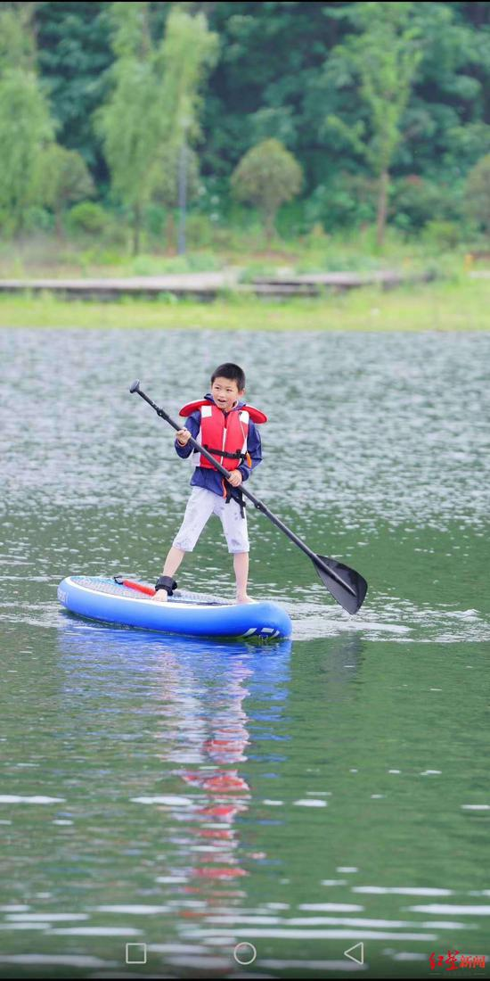 玩皮划艇的罗汉