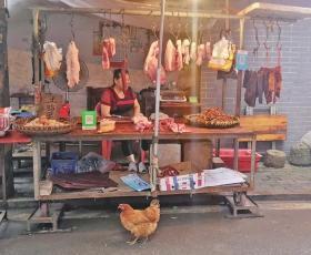 吴家坪巷聚集着 8 家肉铺,竞争压力颇大。