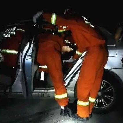 娄怀高速一轿车撞围栏致1人被困 消防破拆救援