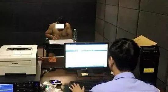 犯罪嫌疑人接受警方问讯。