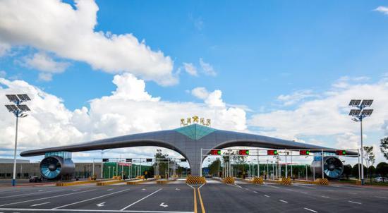 长沙黄花综合保税区主卡口,形如一架飞机之两翼,为湖南开放型经济插上翅膀。