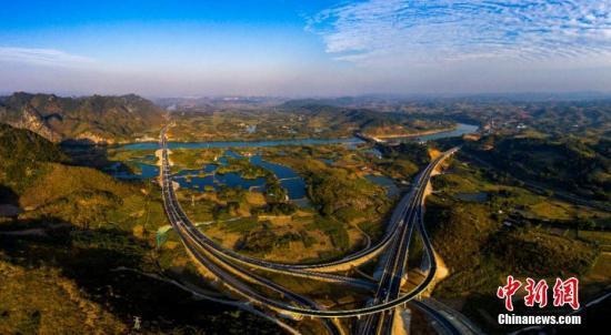 资料图:广西一通往边境口岸高速公路沿途如诗如画。交投供图