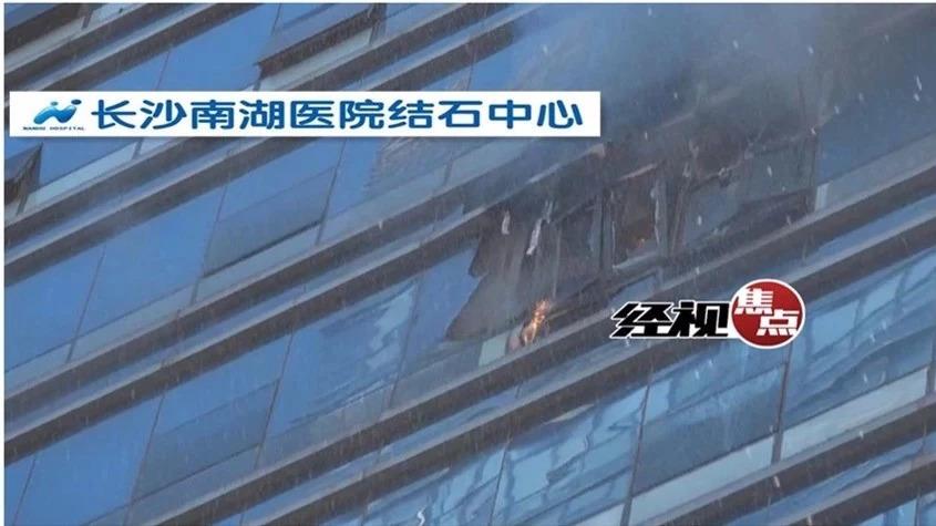 长沙一写字楼11楼着火窗户砸中小车 高喷车救援
