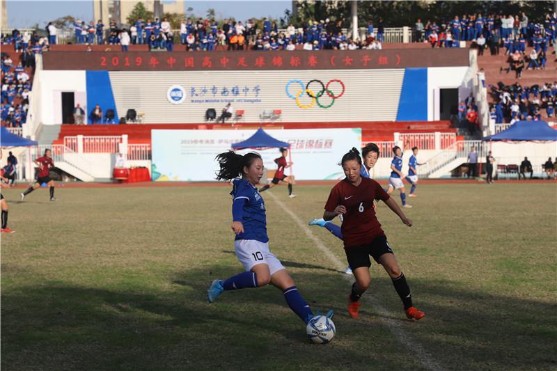 2019 年中国高中足球锦标赛女子组比赛在南雅中学举行。南雅女足获得亚军。图为决赛中南雅女足队长汤雯萱(蓝球衣)在决赛中拼抢