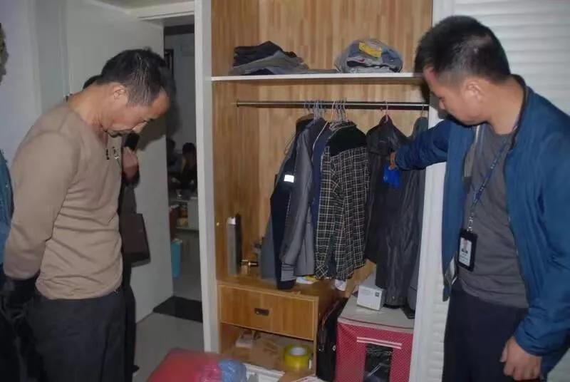 民警在嫌疑人喻某的租房内进行搜查。